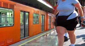 México enfrenta epidemia de obesidad con boletos de metro gratis a quienes hacen flexiones