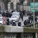 Terroristas del ataque a Charlie Hebdo cercados no se rinden y otro atentado deja dos muertos en Paris