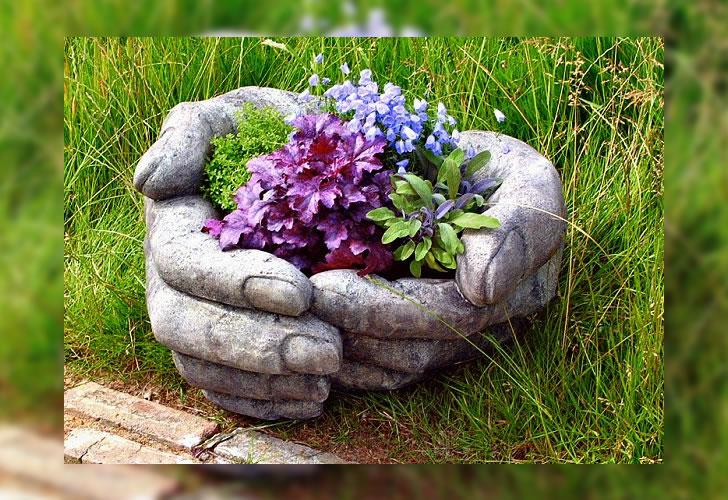 Hazlo tú mismo: maceta con forma de manos hecha con cemento