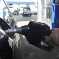 Comenzó a regir baja de precios en combustibles con críticas desde la oposición