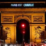 Paris homenajea a las víctimas de Charlie Hebdo a través de sus principales monumentos