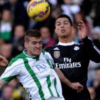 Real Madrid ganó, pero sufrió la expulsión de Ronaldo; Barcelona goleó al Elche y sigue como escolta