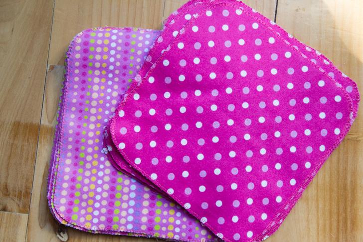 Cambia servilletas de papel por servilletas de tela, papel absorbente por franelas hechas en casa