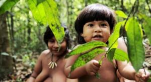 Tribu amazónica aislada y en peligro de extinción sale de la selva para pedir ayuda