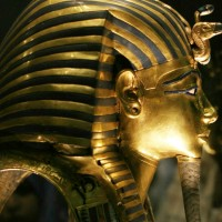 La máscara de Tutankamón víctima de una imprudencia en el museo sufre irremediable daño