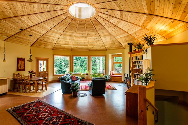 """Tragaluz interior en la casa """"yurta"""" sustentable"""