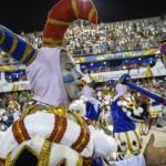 Río de Janeiro vive Carnaval en máximo esplendor y Sambódromo recibe los dos desfiles clave del concurso