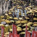 """Tras la """"revolución de los paraguas"""" miles de manifestantes salen a las calles de Hong Kong exigiendo democracia plena"""