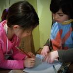 Niños que aprenden a escribir a mano tiene más activación cerebral que quienes solo usan teclados