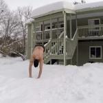 """Alcalde de Boston pide suspender videos virales de jóvenes saltando de las ventanas a la nieve: """"Se van a matar""""."""