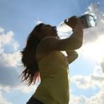 Advierten que beber agua en exceso no solamente es dañino sino que puede ser mortal