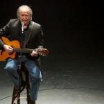 """Joan Manuel Serrat festeja 50 años sobre los escenarios y medio mundo saluda al """"Nano"""""""