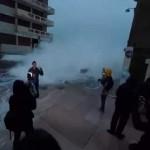 Periodista de TV en Francia, reporta en vivo sobre crecientes mareas… y una ola se la lleva