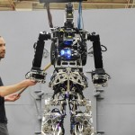 """Marina de los EE.UU. presenta el """"robot-bombero"""" que comenzará a operar en naves de guerra"""
