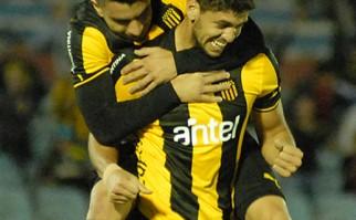 Peñarol venció al Tanque Sisley 2-1 y quedó como único puntero del Torneo Clausura