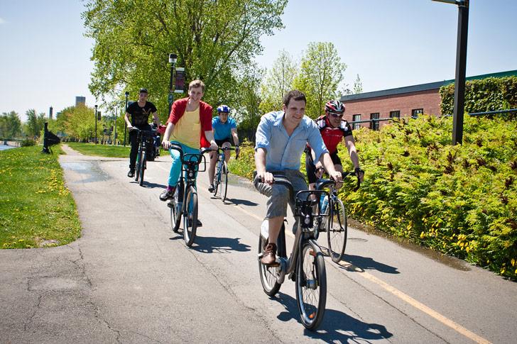 Cada vez más ciudades se comprometen con la disminución de autos en las zonas más transitadas, permitiendo libre acceso a bicicletas / Foto: Robert Smith