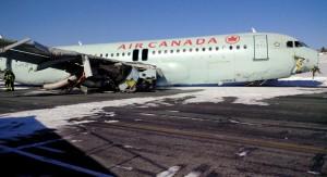Avión de la compañía Air Canada sale de la pista en aterrizaje fallido. Se registraron 23 personas con heridas leves