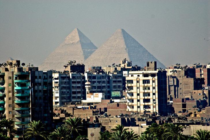 Vista de las majestuosas pirámides desde la urbanización en El Cairo, Egipto / Foto: Mark Mitchell