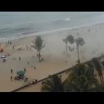 Inesperado tornado de agua arrastra a los visitantes playeros, en la Praia da Piedade, en Recife, Brasil