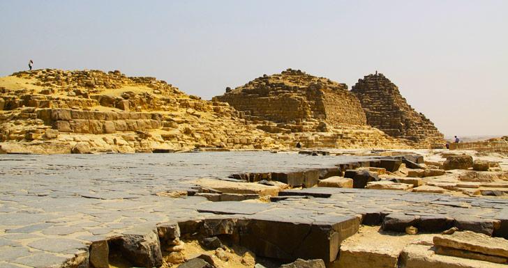 Restos de recubrimiento de piedra negra lisa en la zona de mastabas de la Necrópolis de Giza, en las afueras de El Cairo / Foto: Tyler @trp0 en Flickr
