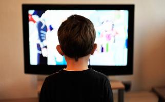 Niños: mirar más de 2 horas diarias de TV aumenta la presión arterial
