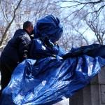Nueva York: artistas instalan busto de Edward Snowden en parque público pero las autoridades lo prohíben