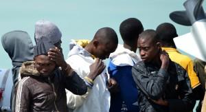 Unión Europea analiza acción militar contra tráfico de inmigrantes y devolver los que lleguen al África
