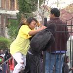 """Lucha racial en calles de Baltimore pese al toque de queda: """"Madre del Año viral"""" deriva la atención"""