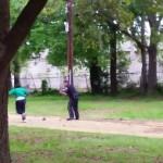 """EE.UU. Policía blanco le pega ocho tiros por la espalda a ciudadano negro cuando huía desarmado y le """"arrima"""" una pistola"""