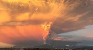 Erupción del volcán Calbuco en Chile pone en alerta roja a la región: del lado argentino, Bariloche está a 70 kms. del lugar.