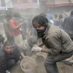 Casi 4.000 muertos, 10.000 heridos, sin luz bajo frío y lluvia, millones en Nepal duermen en la calle por miedo a otra réplica