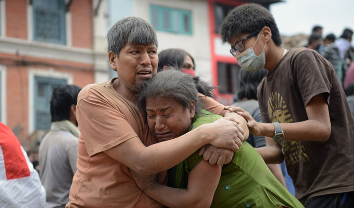 Más de 1.300 muertos tras terremoto en Nepal de magnitud 7.9 en la escala Richter