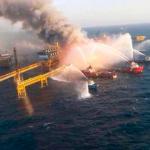 Plataforma petrolera estalla en el Golfo de México y temen una catástrofe ambiental: hay seis muertos