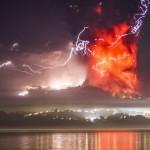 """Temen tercera erupción del volcán Cabulco en Chile: """"Estado de catástrofe"""" y casi 5.000 evacuados bajo lluvia de ceniza"""