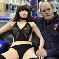 """Presentan Roxxxy Gold, """"la robot"""" más avanzada como juguete sexual: cuesta 7.000 dólares y la versión masculina, 1.500."""