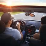 Mensajes de texto ya no son la peor conducta al volante: se multiplican selfies, chateo y uso del Facebook