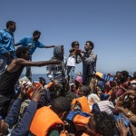 Rescatan en un solo día 3.690 migrantes en el Mediterráneo: una mujer dio a luz en una balsa clandestina