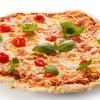 Pizza con jamón, aceitunas y queso