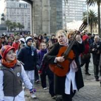 Niños recorren las calles de la Ciudad Vieja entonando un canto a la libertad