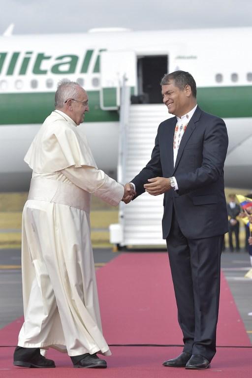 Momento en que el Presidente de Ecuador, Rafael Correa, saluda al Pontífice a su llegada. Foto: Osservatore Romano - AFP.
