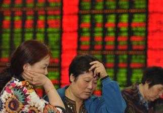 """Se derrumba 30%  el mercado bursátil en China la mayor caída en 20 años y alertan que la """"burbuja"""" está por estallar"""