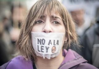 """Entra hoy en vigor la """"Ley Mordaza"""" que restaura la cadena perpetua y pena con 30.000 euros fumarse un porro"""