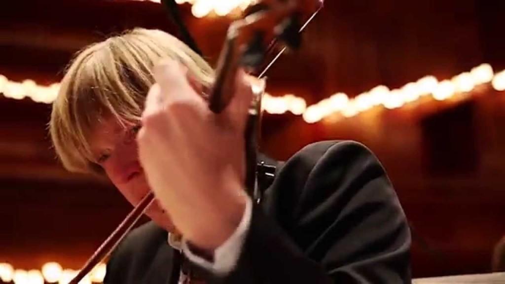 Orquesta de Cámara toca un tango mientras comen algunos de los chiles más picantes del mundo