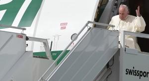 """Papa Francisco inicia gira sudamericana y asombra al romper el protocolo en Quito: """"Dejen dormir a los vecinos"""""""