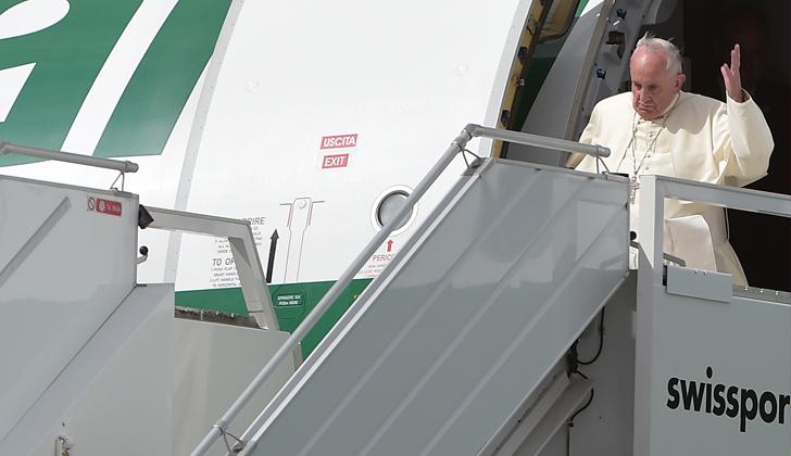 El Papa fue recibido por miles de personas en el aeropuerto de Quito, donde inició su gira sudamericana de 9 días. Foto: Vincenzo Pinto - AFP.