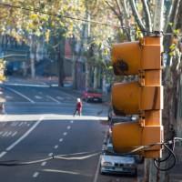 Semáforos de Montevideo comenzarán a registrar a quienes los crucen con luz roja o a una velocidad superior a la permitida en la zona