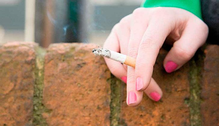 Reino Unido quiere prohibir fumar en algunas zonas al aire libre.