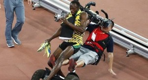 Usain Bolt festejaba su medalla de oro en los 200 metros llanos cuando fue arrollado por un camarógrafo chino que registraba el momento