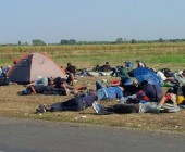 Hungría sucumbe al paso de miles de refugiados que buscan cruzar Europa rumbo a Alemania y Suecia