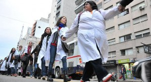 Docentes mantienen paro a pesar de oferta del gobierno de retirar decreto de esencialidad. Maestros protestaron en el Parlamento